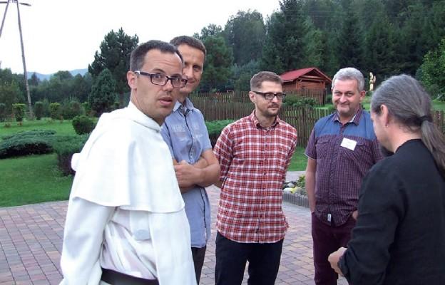 Przeor dominikanów z uczestnikami rekolekcji