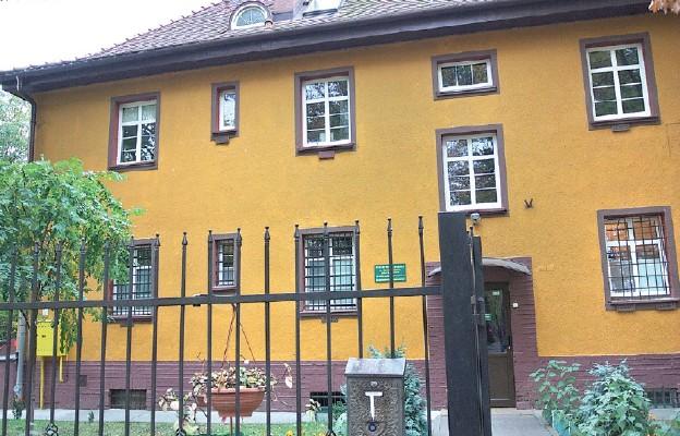 Schronisko dla bezdomnych prowadzi Towarzystwo im. św. Brata Alberta w budynku przy ul. Parkowej w Lubinie
