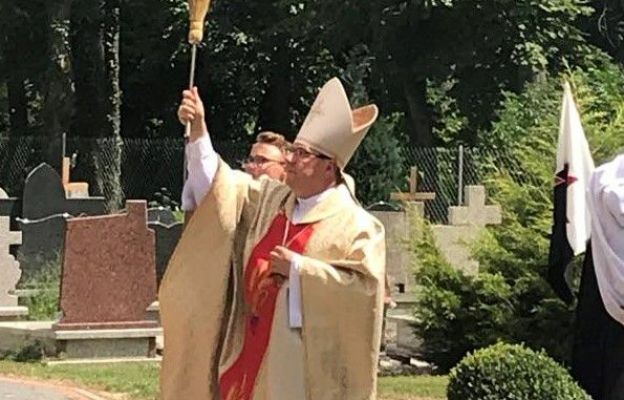 Bp Jacek Kiciński pobłogosławił odbudowaną wieżę kościoła, wymieniony dach oraz naprawione witraże