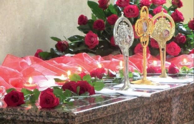Relikwiarze z relikwiami nazaretanek beatyfikowanych w 2000 r. przez Jana Pawła II