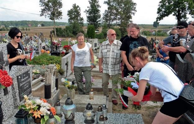 Złożenie kwiatów na grobie Franciszka Jadanowskiego ps. Lew w Radomnie