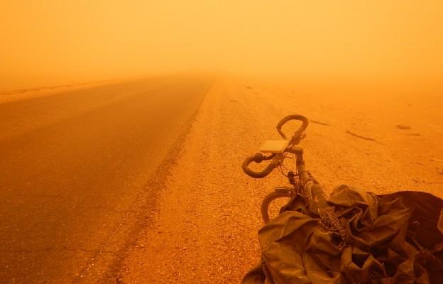 Rower o. Marka w czasie burzy piaskowej w Sudanie