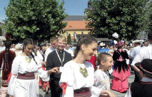 Folklor świata w strzegomskich kościołach
