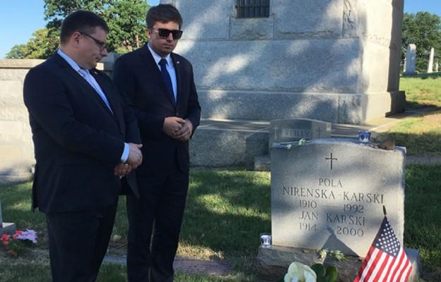 Prezes LOT-u Rafał Milczarski i rzecznik prasowy liniii Adrian Kubicki na grobie Jana Karskiego