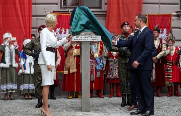 Uroczystość odsłonięcia postumentu króla Jana III Sobieskiego na dziedzińcu II LO w Krakowie