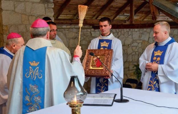Bp Krzysztof Nitkiewicz poświęcił sukienkę i złote korony na obraz Matki Bożej Bolesnej