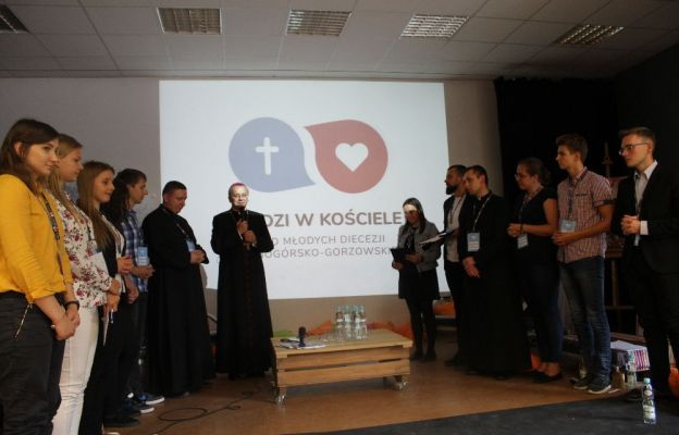 Dialogi z biskupem rozpoczęła wspólna modlitwa