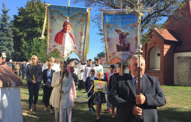 Procesja eucharystyczna wokół kościoła