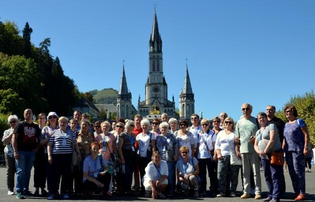 Grupa pielgrzymów przed bazyliką w Lourdes