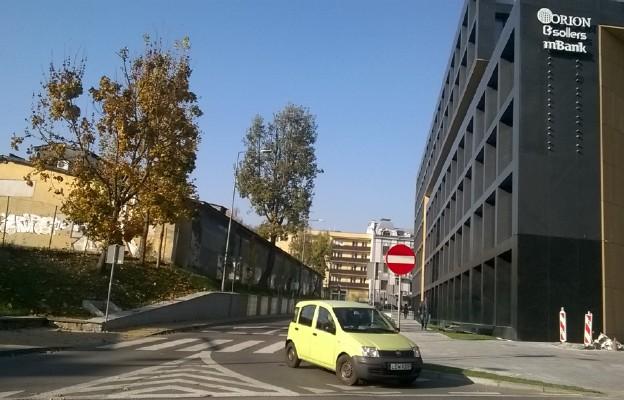 Wlot ul. Karskiego do Spokojnej.  Czyja to ulica, trzeba zgadywać lub dowiadywać się z nawigacji.