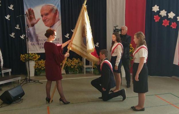 Ceremoniał przekazania uczniom sztandaru szkoły