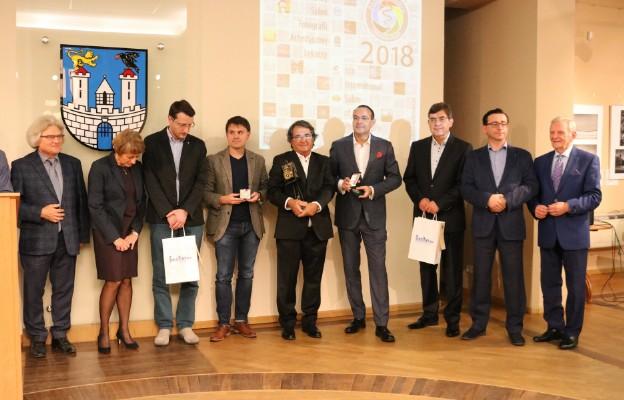 Wspólne zdjęcie laureatów, jurorów i organizatorów.