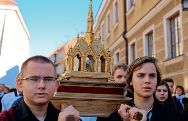 Relikwiarz z doczesnymi szczątkami bł. Wincentego Kadłubka niosła m.in. młodzież