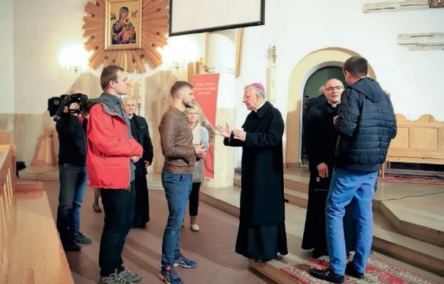 Uczestnicy ze skupieniem słuchali słów Arcybiskupa i mieli wiele pytań