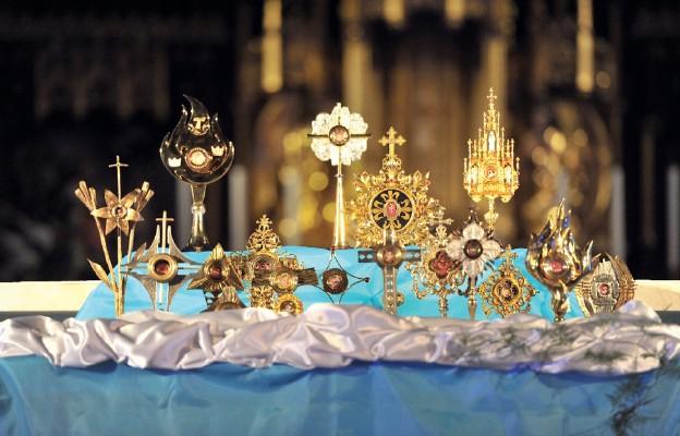 Relikwiarze z doczesnymi szczątkami świętych