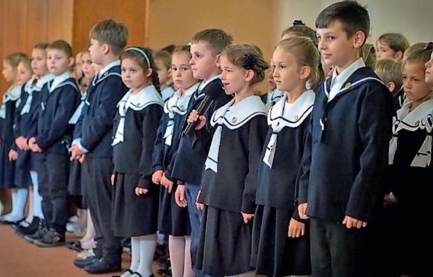 Uczniów urszulańskiej szkoły łatwo rozpoznać po granatowych mundurkach
