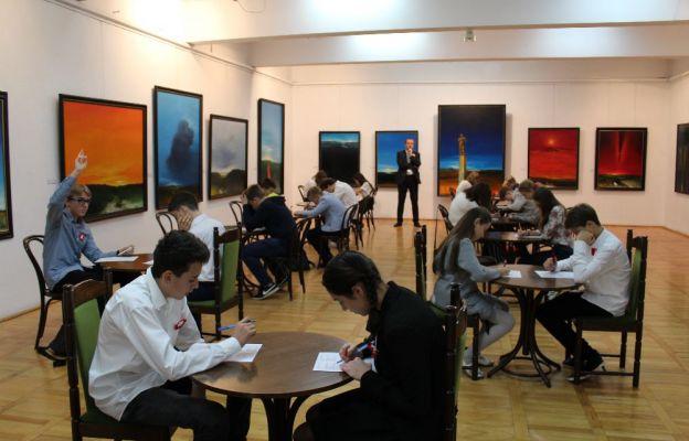 Uczestnicy podczas części pisemnej konkursu