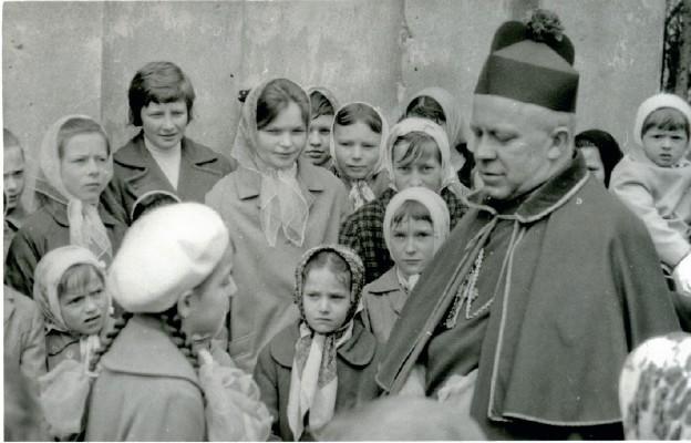 Bp Ignacy Tokarczuk podczas rozmowy z wiernymi parafii Nowy Nart, 1967 r.