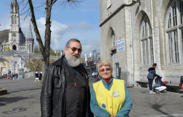 O. Zbigniew Musielak OSCam z wolontariuszką z Francji – Garbiñe przed kaplicą Pojednania w Lourdes