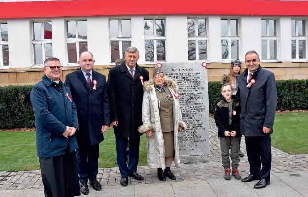 W odsłonięciu pamiątkowej tablicy wzięli udział bp Wiesław Śmigiel oraz władze samorządowe