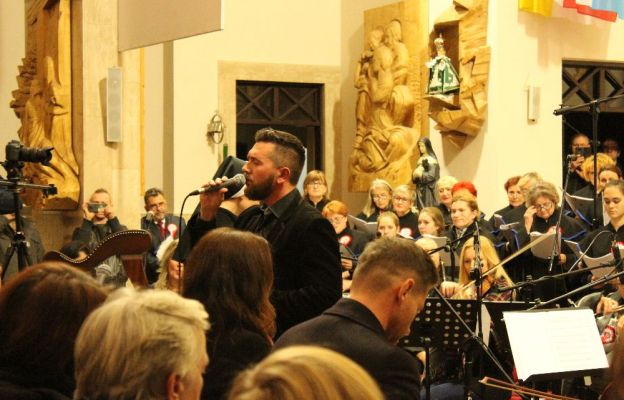"""Wydarzenie było zwieńczeniem weekendowych warsztatów muzyczno-chóralnych """"Niepodległość - trudne słowo""""  prowadzonych m.in. przez Jakuba Tomalaka"""