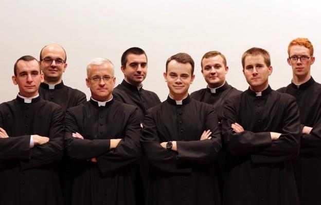 Klerycy ewangelizują przez śpiew i poezję