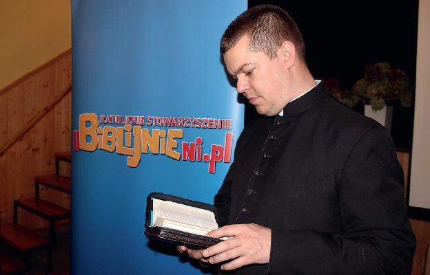Uczyli się czytać Biblię