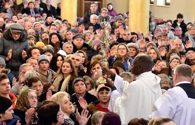 Z Jezusem Eucharystycznym pośród wiernych