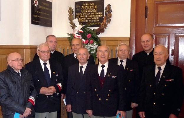 Przy tablicy w kościele garnizonowym w Rzeszowie