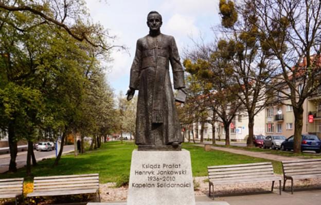 Radni Gdańska za odebraniem ks. Henrykowi Jankowskiemu honorowego obywatelstwa miasta