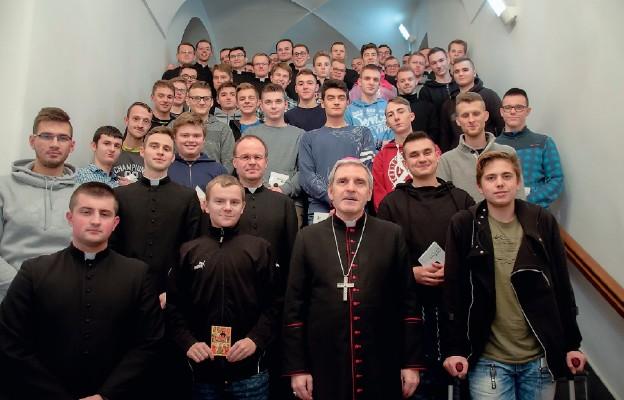 Uczestnicy rekolekcji w bp. Krzysztofem Nitkiewiczem