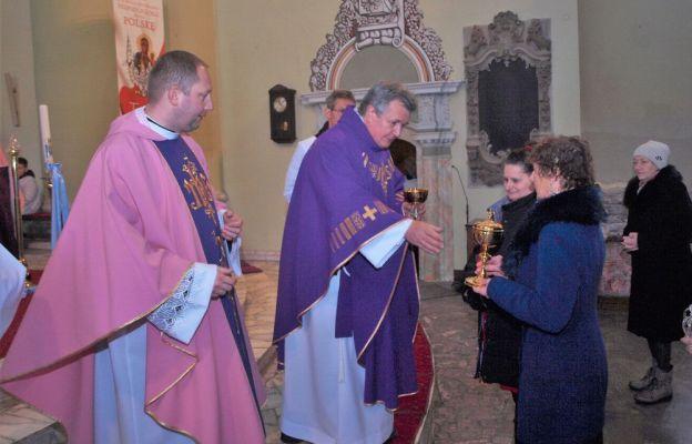 Uroczystość rozpoczęła się Mszą św. w kościele parafialnym pw. Św. Jadwigi.