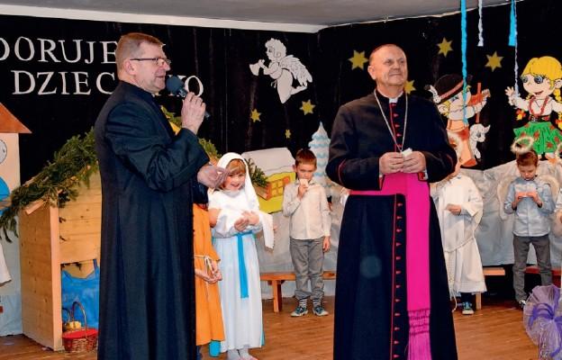 Ksiądz biskup u przedszkolaków