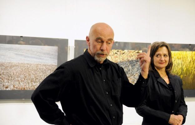 Krzysztof Świertok podczas wernisażu z pasją opowiadał o Suwalszczyźnie