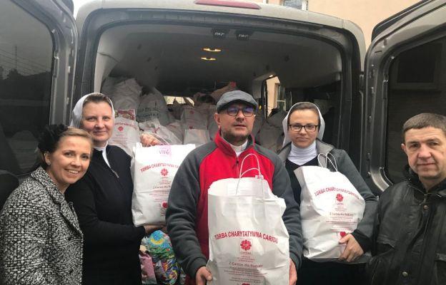 Siostra Anastazja i Siostra Teresa przyjechały, aby zabrać torby przekazane przez liczne instytucje, organizacje, urzędy i firmy.