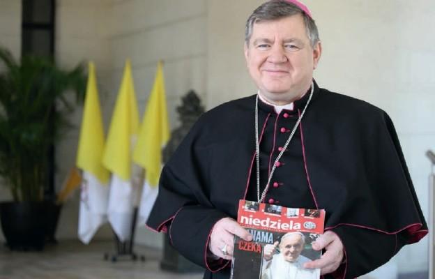 """Abp Mirosław Adamczyk, nuncjusz apostolski w Panamie, z numerem """"Niedzieli"""" zapowiadającym Światowe Dni Młodzieży"""