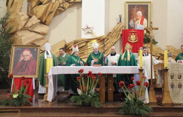 Mszy św. przewodniczył bp Tadeusz Lityński, w koncelebrze biskupów Adama Dyczkowskiego, Stefana Regmunta i Pawła Sochy oraz zgromadzonych kapłanów.
