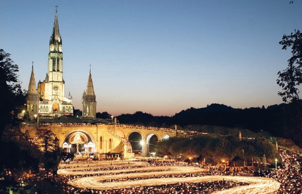 Wieczorna modlitwa przy francuskim sanktuarium – procesja różańcowa z lampionami i śpiewem