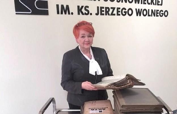Jolanta Sikora podczas poszukiwań genealogicznych