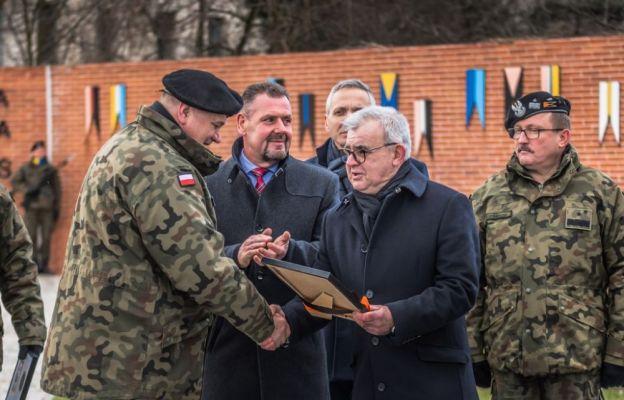 Gen. dyw. Stanisław Czosnek symbolicznie odebrał z rąk Burmistrza Żagania Andrzej Katarzyńca plac Generała Maczka.