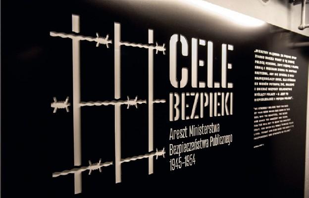 """Wejście na wystawę. Po prawej stronie cytat z Jana Rodowicza """"Anody"""""""