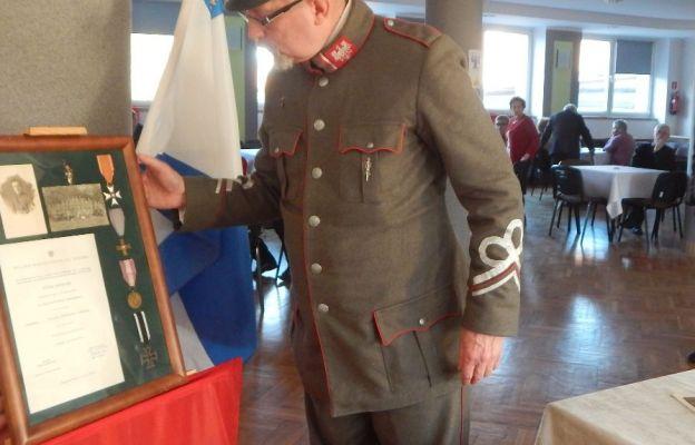 Maciej Myczka układa na wystawie pamiątki po swym dziadku - powstańcu wielkopolskim.
