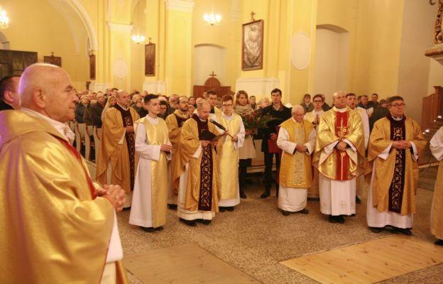 Ks. kan. Stanisław Brasse i parafianie w trakcie powitania obrazu