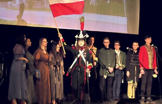 Scena zbiorowa patriotycznego spektaklu o dzielnych Polkach w naszej historii