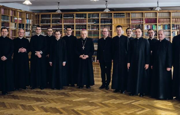 Pamiątkowe zdjęcie alumnów z bp. Stanisławem Jamrozkiem i przełożonymi Seminarium
