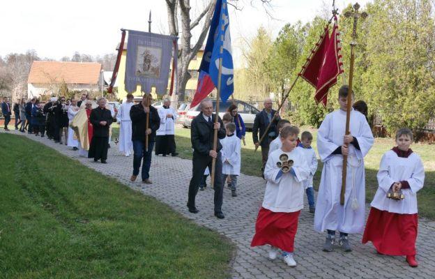 Odpustową Mszę św. zakończyła procesja eucharystyczna wokół kościoła