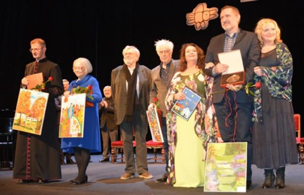 Laureaci Medalu św. Brata Alberta ( nie tylko za rok 2018); ks. Stanisław Ładosz, Krystyna Mrugalska, Krzysztof Orzechowski, Jan Kanty Pawluśkiewicz, Anna Dymna, Wojciech Bonowicz i Lidia Jazgar