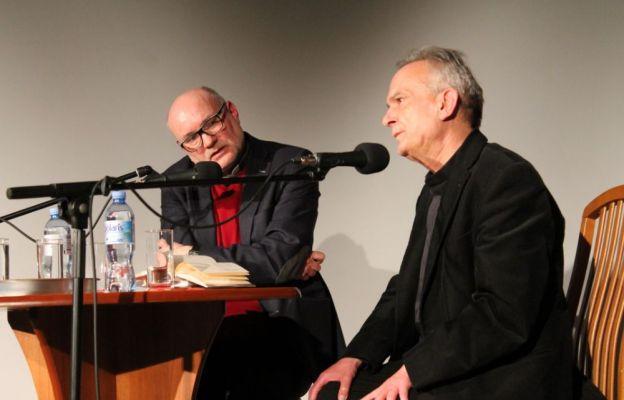 Poezja ks. Hajdugi może, choć nie musi, być odczytywana od strony wiary, bo autor pozostawia odbiorcy przestrzeń