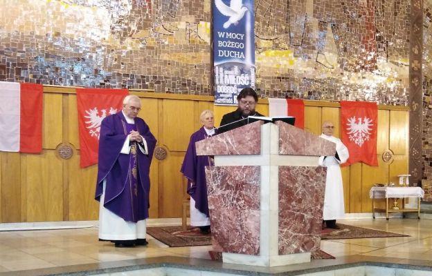 Mieszko Kamiński Prezes Koła nr 5 odczytuje intencje Modlitwy Powszechnej