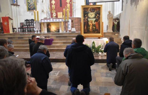 Czuwanie mężczyzn przed obrazem św. Józefa
